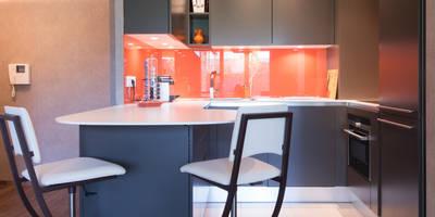Cuisine orange laqué modèle Sigma, ouverte sur salon, style chic et moderne: Cuisine de style de style Minimaliste par SKCONCEPT Design Paris