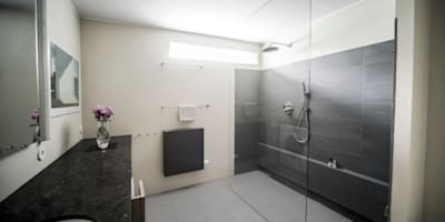 Functionele moderne badkamer: modern Bathroom by B1 architectuur