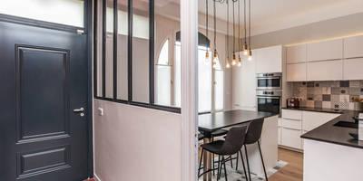 Cuisine ouverte avec verrière: Cuisine de style de style Moderne par Pixcity, Agence de photographie