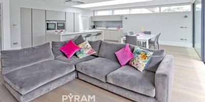 Large family space handleless kitchen: modern Kitchen by Pyram