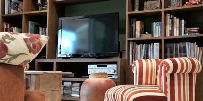 Salas de estar coloniais por Lucio Nocito Arquitetura e Design de Interiores