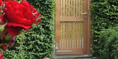 Gartentore: moderner Garten von Braun & Würfele - Holz im Garten