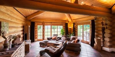 Haus Racoon Hill: rustikale Wohnzimmer von das holzhaus Oliver Schattat GmbH