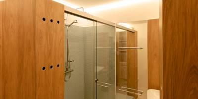 Casas de banho ecléticas por 3rdskin architecture gmbh
