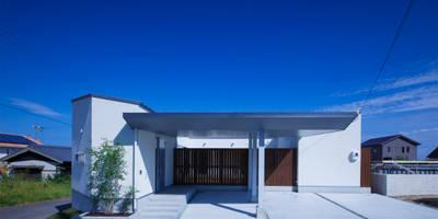 勝浦のフラットコートハウス: 一級建築士事務所シンクスタジオが手掛けた家です。