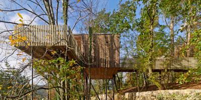 Exterior: pasarela acceso y terraza: Hoteles de estilo  de ADDOMO