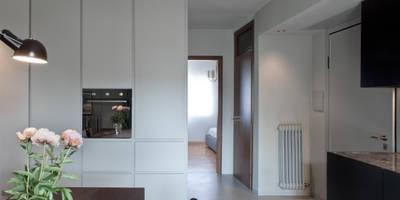 136_Appartmento per una coppia: Pareti & Pavimenti in stile in stile Moderno di MIDE architetti