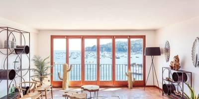 Salón con espectaculares vistas al mar: Salones de estilo mediterráneo de Markham Stagers