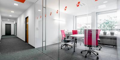 Kleiner Besprechungsraum im 1. OG mit Ganzglasabtrennung zum Flur:  Bürogebäude von Ohlde Interior Design