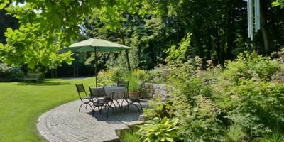 Sitzplatz am Waldbeet: landhausstil Garten von KAISER + KAISER - Visionen für Freiräume GbR