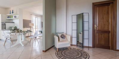 Pasillos, vestíbulos y escaleras de estilo moderno de Sapere di Casa - Architetto Elena Di Sero Home Stager