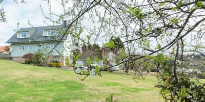 EXTERIOR: Casas de estilo moderno de CCVO Design and Staging