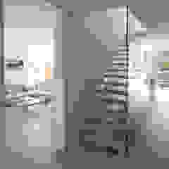 کرجی مدیترانه، راهرو و پله ها توسط designyougo - architects and designers مدیترانه ای چوب Wood effect