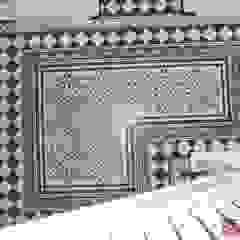 Aranżacje płytek cementowych w korytarzach i przedpokojach Śródziemnomorski korytarz, przedpokój i schody od Kolory Maroka Śródziemnomorski