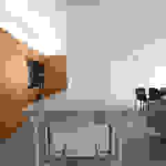 Salle à manger moderne par studioata Moderne