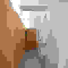 Couloir, entrée, escaliers modernes par studioata Moderne
