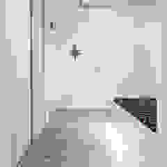 現代風玄關、走廊與階梯 根據 grupa KMK sp. z o.o 現代風