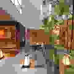 優雅な中庭のある和モダンの家 モダンデザインの テラス の TERAJIMA ARCHITECTS モダン