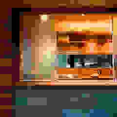 Casa Folha Portas e janelas tropicais por Mareines+Patalano Arquitetura Tropical