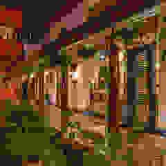Vườn phong cách chiết trung bởi Kumar Moorthy & Associates Chiết trung
