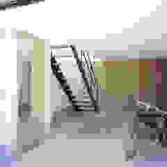 Minimalistyczny garaż od 高橋直子建築設計事務所 Minimalistyczny