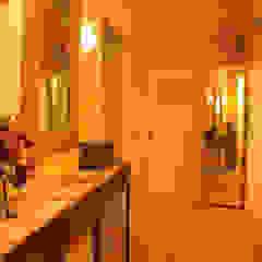 Pasillos, vestíbulos y escaleras coloniales de WohnDich Colonial