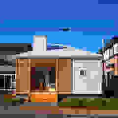小さな白いカフェ の ユウ建築設計室 モダン