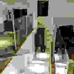 Pasillos, vestíbulos y escaleras de estilo moderno de Renato Lincoln - Studio de Arquitetura Moderno
