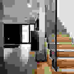 Wnętra domu jednorodzinnego Industrialny korytarz, przedpokój i schody od Konrad Muraszkiewicz Pracownia Architektoniczna Industrialny