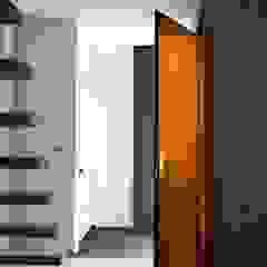 Minimalist corridor, hallway & stairs by a-LEX Minimalist