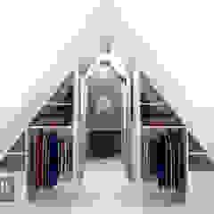 Ruang Ganti Modern Oleh House of JAB by Verstappen Interiors Modern