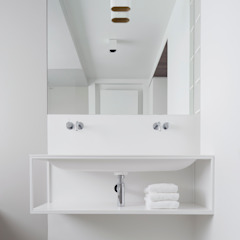 Banheiros minimalistas por Not Only White B.V. Minimalista
