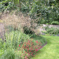 Naturalistic garden in Surrey Roeder Landscape Design Ltd Country style garden