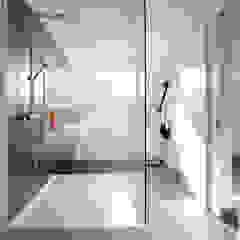 Totaalinrichting stadappartement Minimalistische badkamers van ligne V Minimalistisch