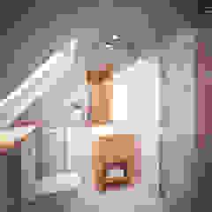 Dom z poddaszem Minimalistyczna łazienka od Axentim Minimalistyczny