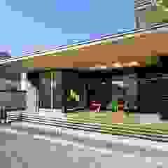 Azjatycki balkon, taras i weranda od 長谷川拓也建築デザイン Azjatycki