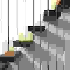 Pasillos, vestíbulos y escaleras modernos de Leonardus interieurarchitect Moderno