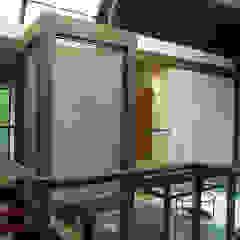 Tropical style corridor, hallway & stairs by ARQdonini Arquitetos Associados Tropical