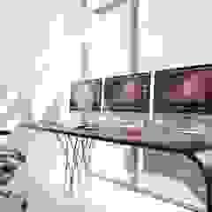 by Студия дизайна интерьера 'Золотое сечение' Minimalist Glass