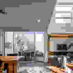 Modern Living Room by 株式会社細川建築デザイン Modern