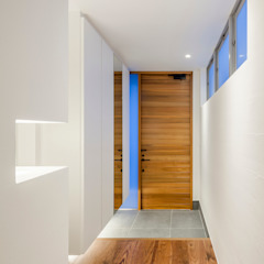 Modern Walls and Floors by 株式会社細川建築デザイン Modern