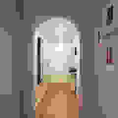 Pasillos, vestíbulos y escaleras de estilo moderno de MUDA Home Design Moderno