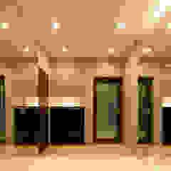 シューズクローゼットの扉を鏡貼りとした開放的な玄関 モダンスタイルの 玄関&廊下&階段 の 鈴木賢建築設計事務所/SATOSHI SUZUKI ARCHITECT OFFICE モダン