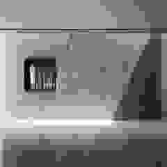 リビングの壁にトップライトからの光が差し込む モダンデザインの リビング の 鈴木賢建築設計事務所/SATOSHI SUZUKI ARCHITECT OFFICE モダン