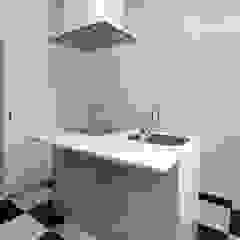 既製品を組み合わせたローコストキッチン モダンな キッチン の 鈴木賢建築設計事務所/SATOSHI SUZUKI ARCHITECT OFFICE モダン