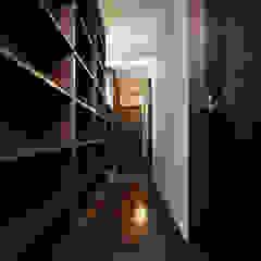 造り付け書架の廊下兼書庫: 鈴木賢建築設計事務所/SATOSHI SUZUKI ARCHITECT OFFICEが手掛けた折衷的なです。,オリジナル