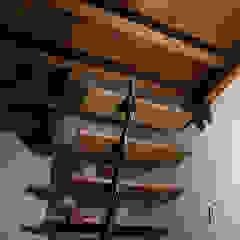 Dittongo architetti Modern corridor, hallway & stairs