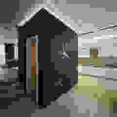 Minimalist corridor, hallway & stairs by DA-Design Minimalist