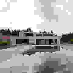 Woning VAWE Minimalistische zwembaden van areal architecten cvba Minimalistisch