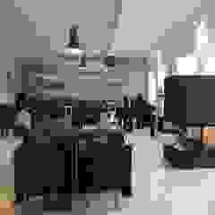 Kominek z betonu architektonicznego Nowoczesny salon od Luxum Nowoczesny